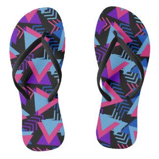 明るい紫色、青い、ピンクの80年代の背景パターン ビーチサンダル