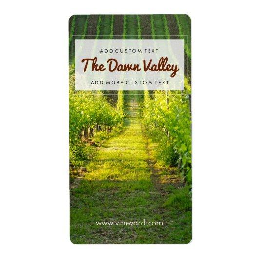 明るい緑のブドウ園のカスタムなワインのラベル 発送ラベル