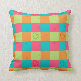明るい色およびハートの枕 クッション