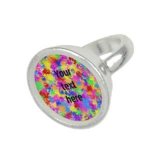 明るい色の背景の(ばちゃばちゃ)跳ねるのペンキの虹 指輪