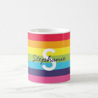 明るい虹のストライプのイニシャルの名前のマグ コーヒーマグカップ
