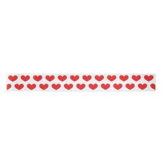 明るい赤いハートのバレンタインデーのリボン サテンリボン