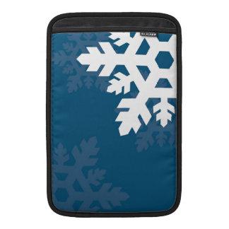 明るい青に対する明るく、白い雪片 MacBook スリーブ