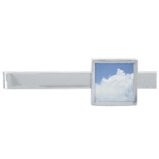 明るい青空の柔らかく白い雲 シルバー タイバー