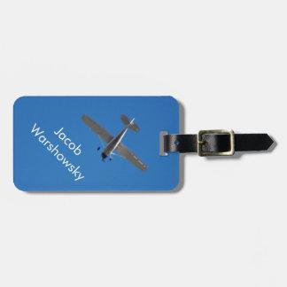 明るい青空の白く小さい飛行機 ラゲッジタグ