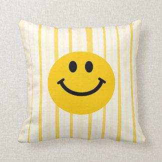 明るい黄色のストライブ柄のスマイリーフェイス クッション