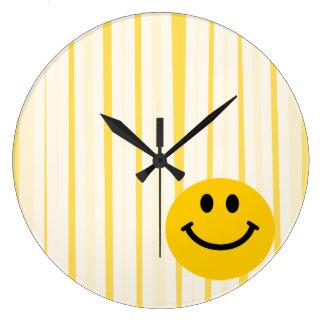 明るい黄色のストライブ柄のスマイリーフェイス ラージ壁時計