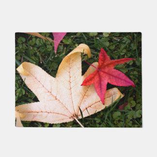 明るくカラフルなカエデの葉 ドアマット