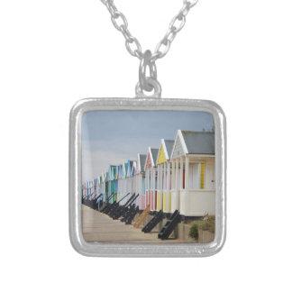 明るく絵を描かれたビーチ小屋 シルバープレートネックレス