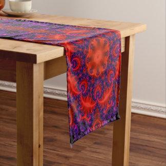 明るく赤い紫色のフラクタル ショートテーブルランナー