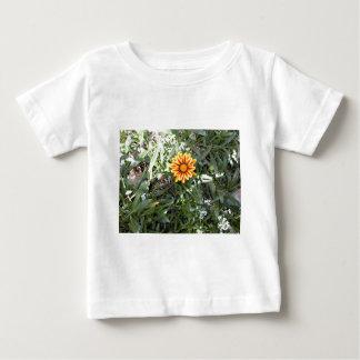 明るく赤くおよび黄色の花 ベビーTシャツ