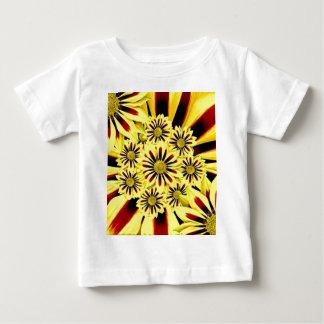 明るく陽気な夏の黄色の花柄のコラージュ ベビーTシャツ
