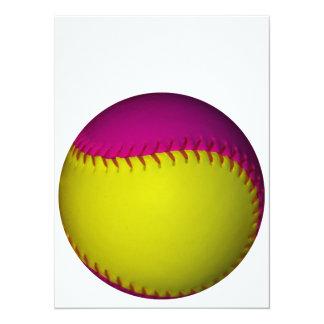 明るく黄色く、ピンクのソフトボール 14 X 19.1 インビテーションカード