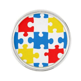 明るく、カラフルなパズルはパターンを継ぎ合わせます ラペルピン