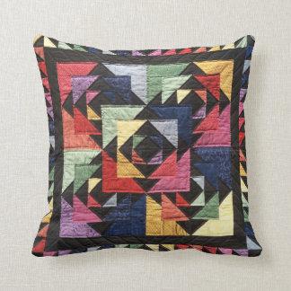 明る色の伝統的なキルト一見のアクセントの枕 クッション