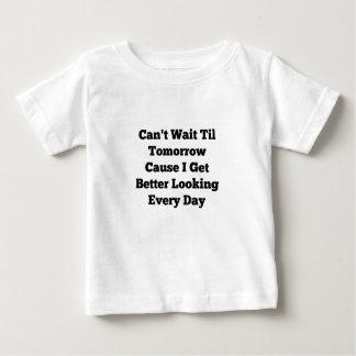 明日の赤ん坊のジャージーのTシャツまで待つことができません ベビーTシャツ