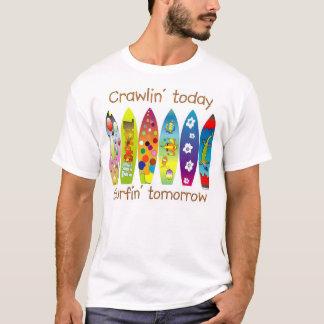 明日今日Crawlin Surfin Tシャツ