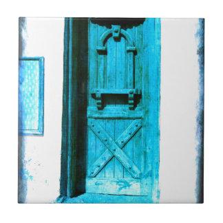 昔ながらので素朴で青いドアSantoriniギリシャ タイル