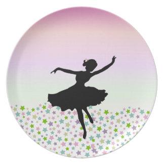 星およびピンクの空の中のダンサー プレート