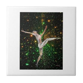 星の芸術のダンサーの女性そして空 タイル