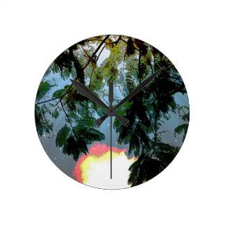 星明かりの曇り空に対するシダの木の葉 ラウンド壁時計