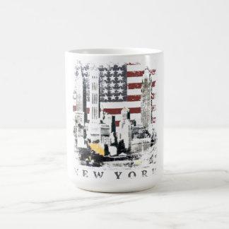星条旗上のニューヨークSkyscrapeが付いているマグ コーヒーマグカップ