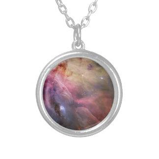 星雲の明るい星の銀河系のヒップスターのオタクのカッコいいの宇宙 シルバープレートネックレス