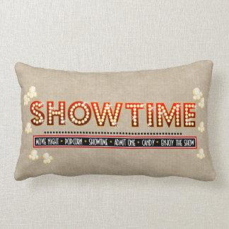 映画館のShowtimeの枕ベージュ色背景 ランバークッション