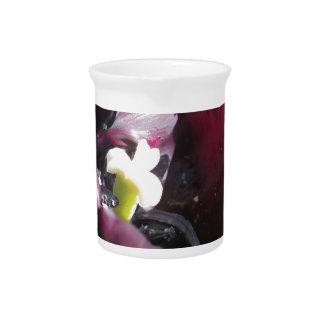 春のしぶきを持つ紫色のチューリップ ピッチャー