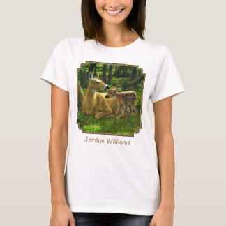 春のオジロ鹿の子鹿および母シカ Tシャツ