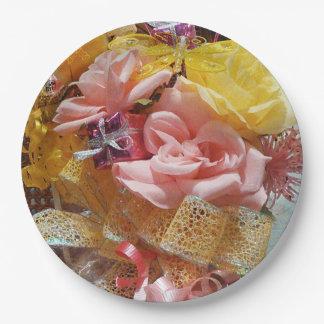 春のピンクのバラ及び黄色の弓紙皿 ペーパープレート