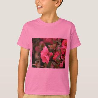 春のピンクの花盛りのマルメロ Tシャツ