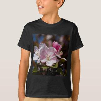 春のピンクの花盛りのCrabappleの花 Tシャツ