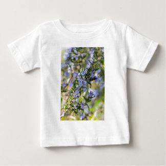 春のマクロのローズマリーの花 ベビーTシャツ