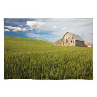 春の小麦畑2によって囲まれる古い納屋 ランチョンマット