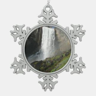 春の滝ヨセミテ国立公園のI スノーフレークピューターオーナメント