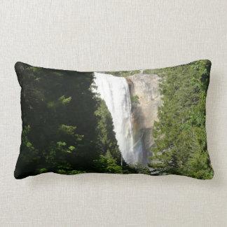 春の滝ヨセミテ国立公園のII ランバークッション
