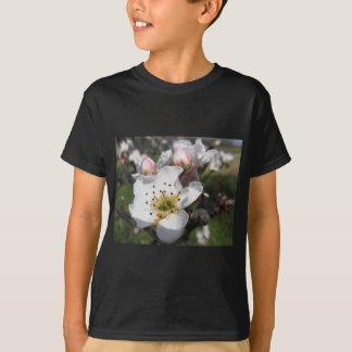 春の白いりんごの花そして閉鎖した芽を開けて下さい Tシャツ