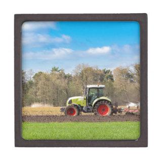 春の砂土を耕すトラクターの農家 ギフトボックス