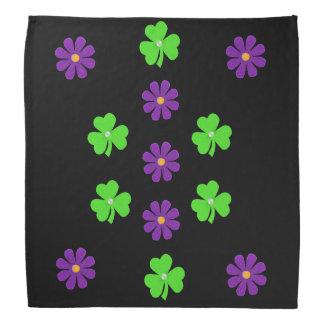 春の紫色の花、薄緑のクローバー バンダナ