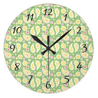 春の緑の素晴しく黄色いペイズリー ラージ壁時計