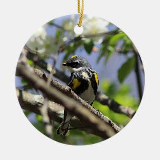 春の羽の黄色いrumpedアメリカムシクイ 陶器製丸型オーナメント