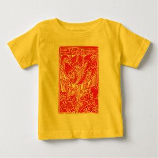 春の赤いチューリップはTシャツをからかいます ベビーTシャツ