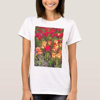 春の赤いチューリップ Tシャツ