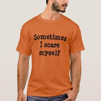 時々私は自分自身をハロウィンのワイシャツおびえさせます Tシャツ