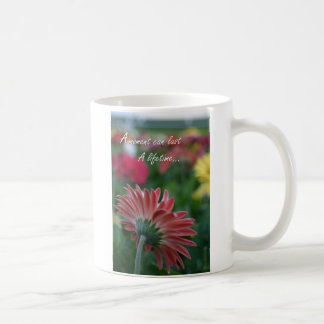 時のピンクのガーベラのデイジーの引用文のコーヒーカップ コーヒーマグカップ