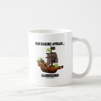 時締切が近づく… Aaarrrggghhh! (アンドロイド) コーヒーマグカップ
