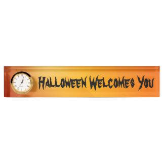 時計が付いているハロウィンの歓迎された旗 デスクネームプレート