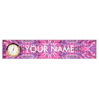 時計が付いているピンクおよび紫色の机用ネームプレート