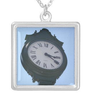 時計の大きいネックレスの写真 シルバープレートネックレス